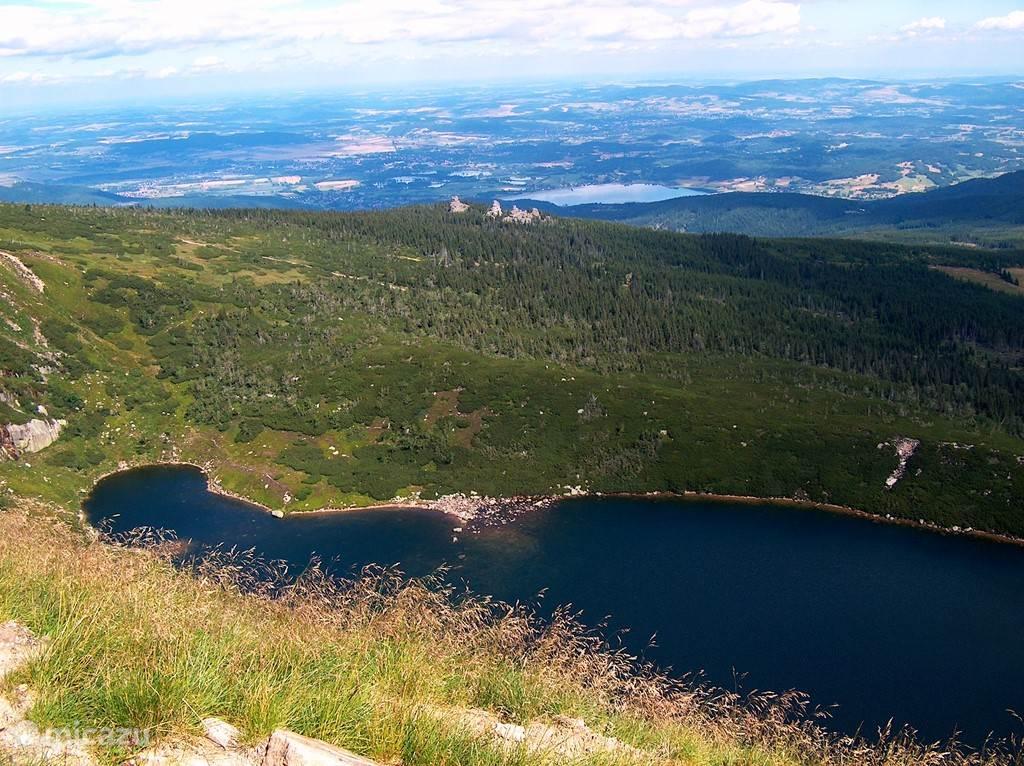 Karkonoski National Park is een prachtig gebied om te wandelen. Fraaie vergezichten, massieve rotspartijen en verfrissende binnenmeren wisselen elkaar af. U kunt over de bergtoppen lopen richting Karpacz of Szklarska Poreba, daarbij kijkt u bij helder weer 40 km Polen in én 40 km Tsjechië in!