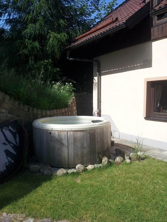 Een heerlijk beschut plekje in de tuin om te relaxen in de jacuzzi. Relaxen met een hoofdletter R!!