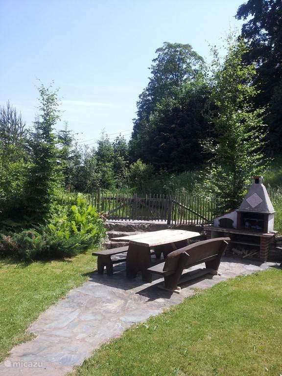 Een mooie plek om te barbecueën, heerlijk aan het water van de vijverpartij in de tuin met veel privacy.