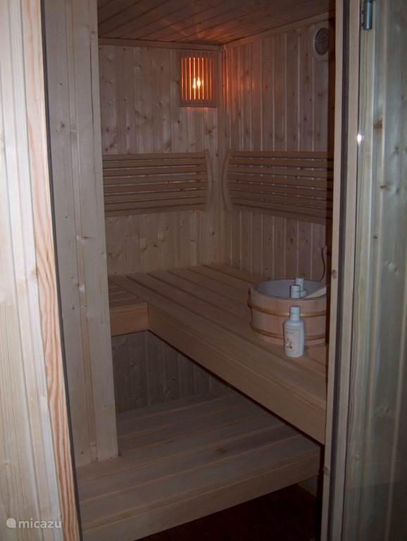 Binnen in huis hebben we een sauna geplaatst.... héérlijk na een lange wandeling door de bergen of een inspannende dag skiën!