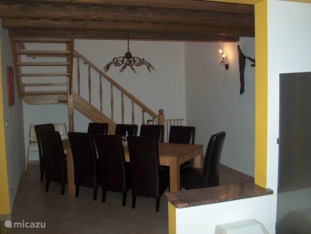 De eetkamer die in open verbinding staat met zowel de keuken als de woonkamer. Achteraan ziet u de trap naar de bovenverdieping. De trap is voorzien van een traphekje om te voorkomen dat de kleintjes ongemerkt naar boven kruipen.