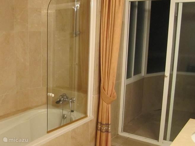 Mater Bathroom met buiten douche