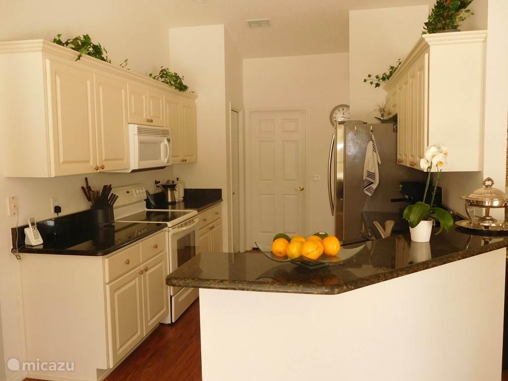 Moderne keuken met alle denkbare apparatuur