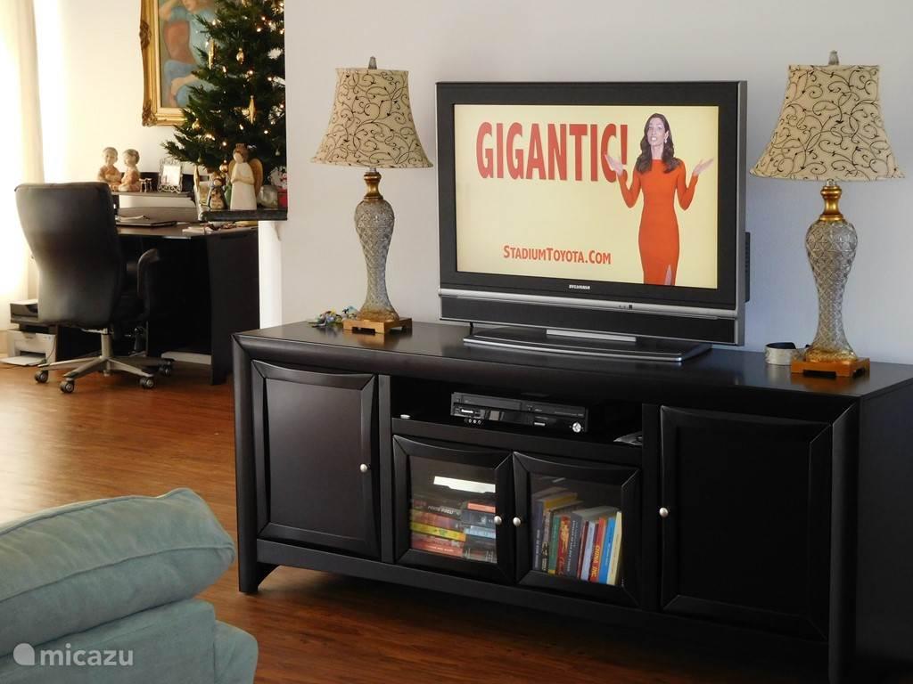 Woonkamer met HD TV en desk
