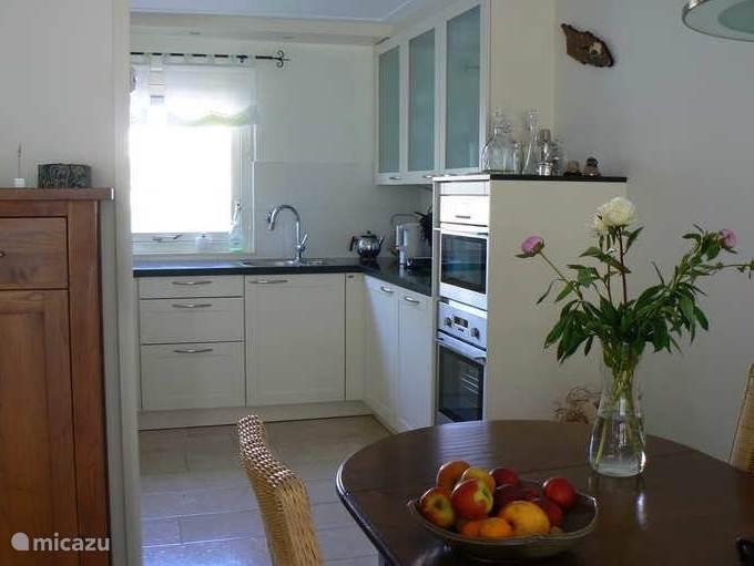De keuken is volledig uitgerust met koel/vriescombinatie, magnetron, oven en afwasmachine
