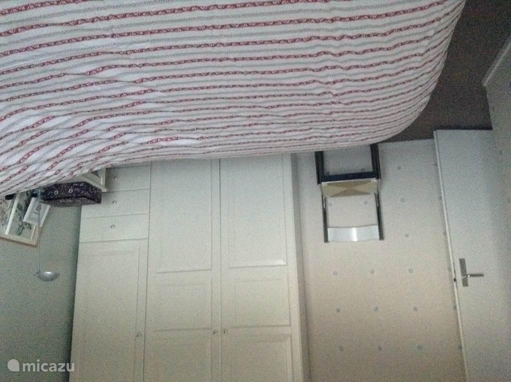 Een van de drie slaapkamers met genoeg kastruimte voor uw spullen