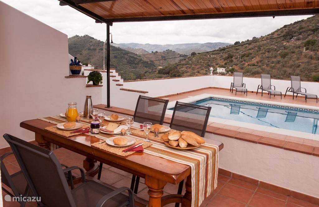 Het heerlijke terras met eetafel. Een ideaale plek om te genieten van uw ontbijt!