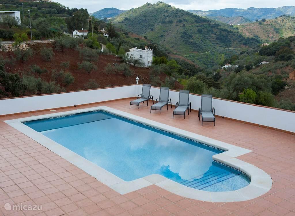 Groot zwembad, geheel privé voor u! Schitterend uitzicht over de vallei.