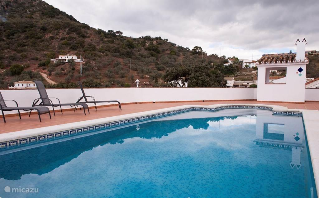 Op het terras bij het zwembad vindt u de buitenkeuken met barbeque.