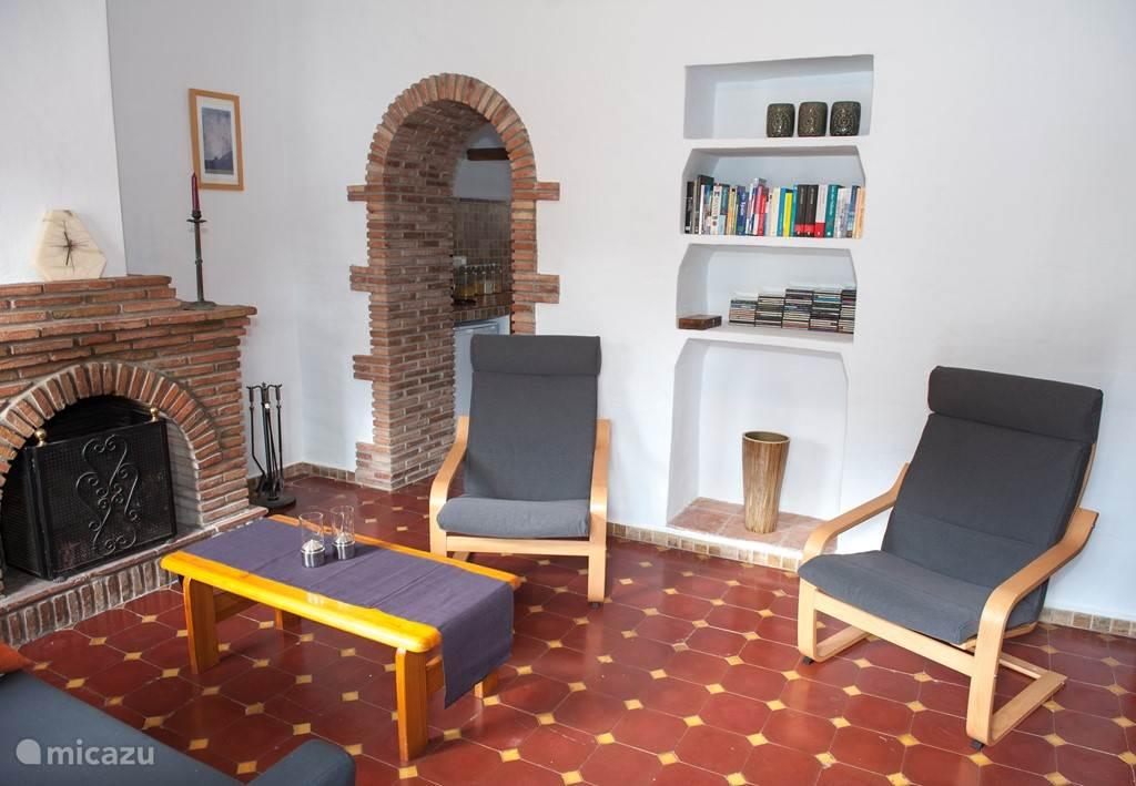 In de woonkamer kan gebruik worden gemaakt van de aanwezige boeken en muziek CD's.