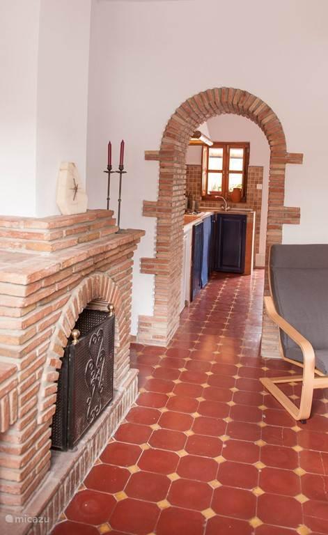 Vanuit de woonkamer loopt u via de keuken naar het terras met privé zwembad.