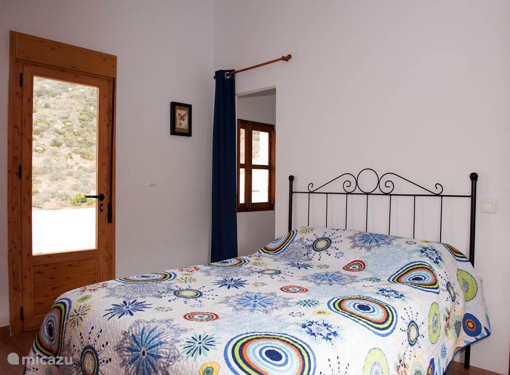 De slaapkamers: 1 slaapkamer met 2persoons bed en met 1 slaapkamer suite met 1 persoons bed. De deur leidt naar een groot terras.