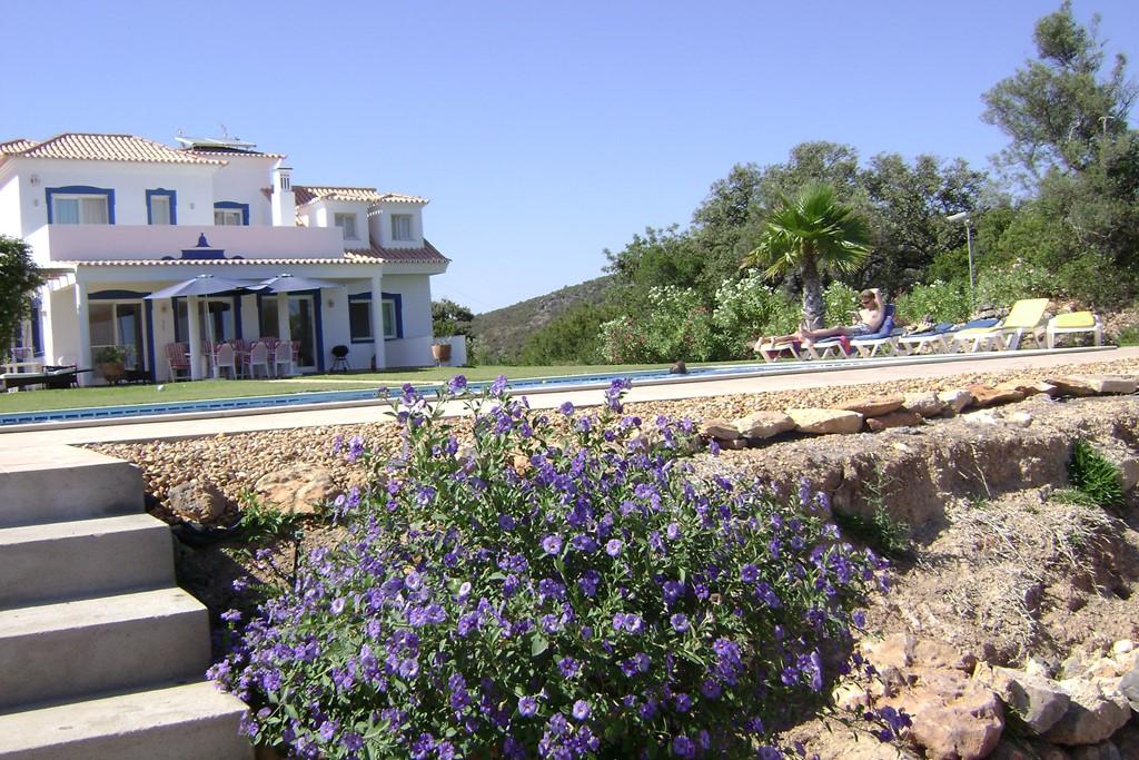 Casa Ladeira, rust, ruimte en comfort met prachtig zeezicht. Door uitgevallen boeking beschikbaar van 12 tot 27 juli voor 1750 euro per week all-in.