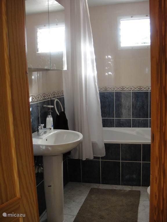 1 van de 3 badkamers met ligbad alle badkamers met toilet