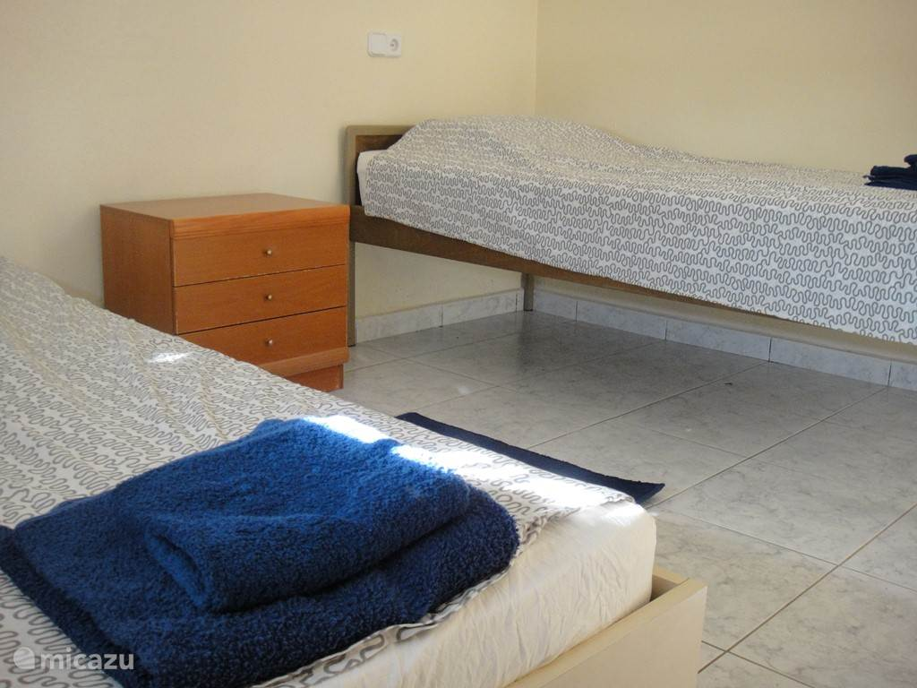 Slaapkamer met 2 1 persoonsbedden alle kamers met airco