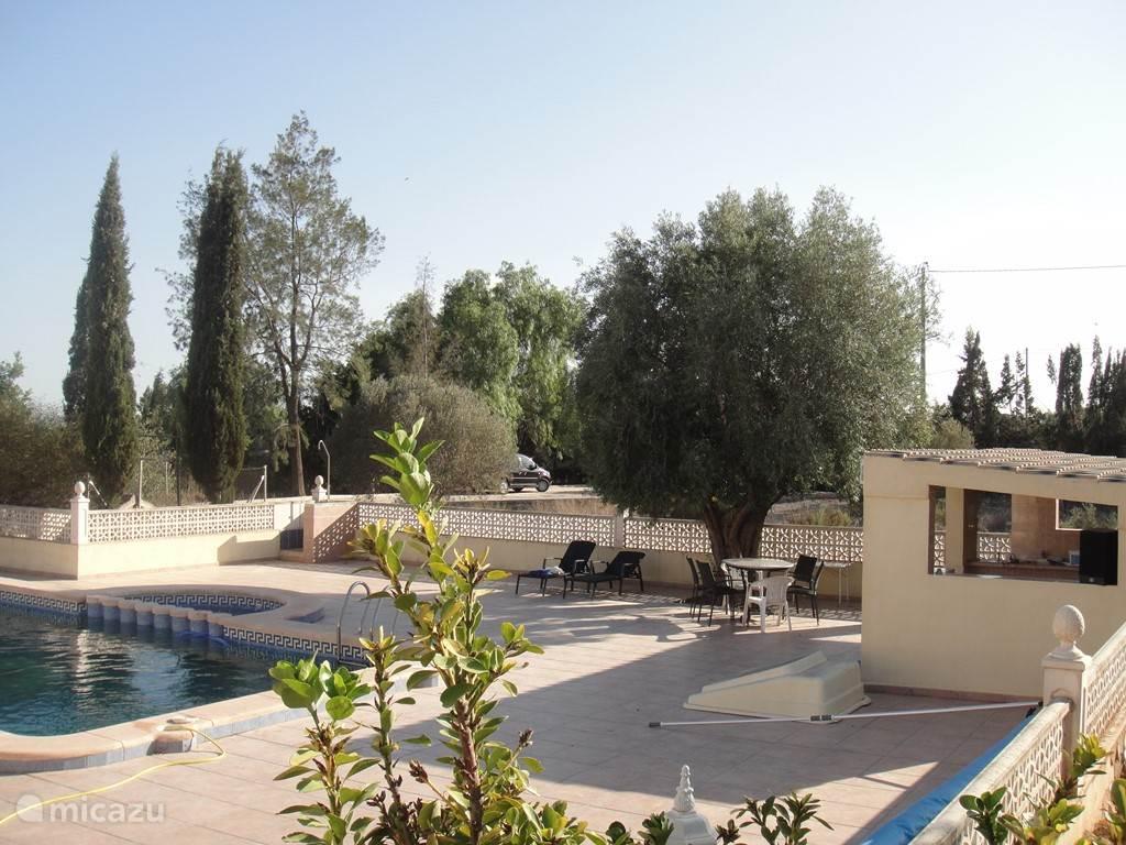 Uitzicht op ons zwembad met lekker zitje
