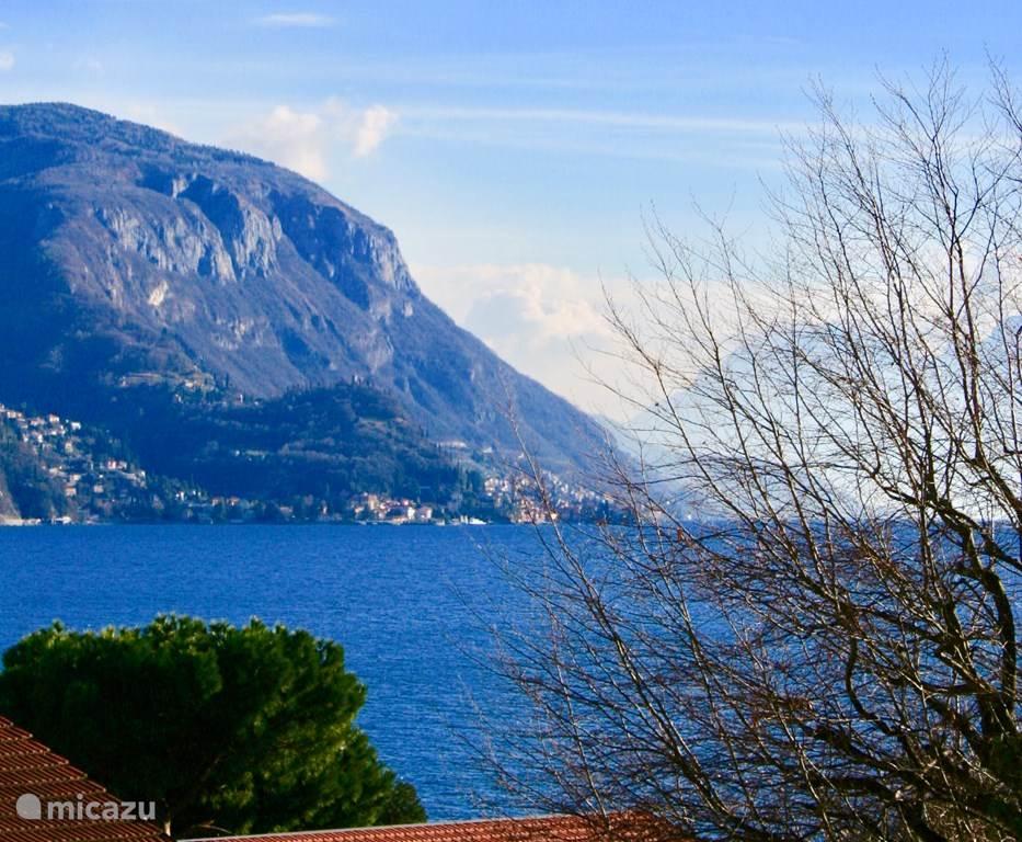 Uitzicht vanaf het balkon op het Comomeer en de bergen eromheen