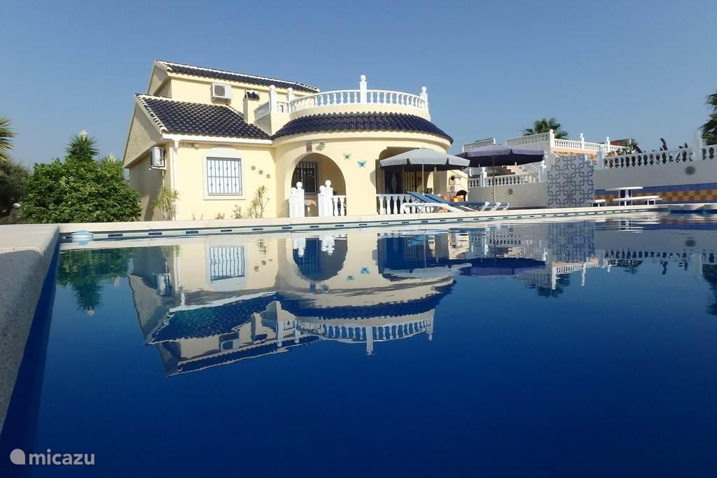 Casa Mazarron met groot privé zwembad met kinderbad, dakterras, overdekt terras en tuin.