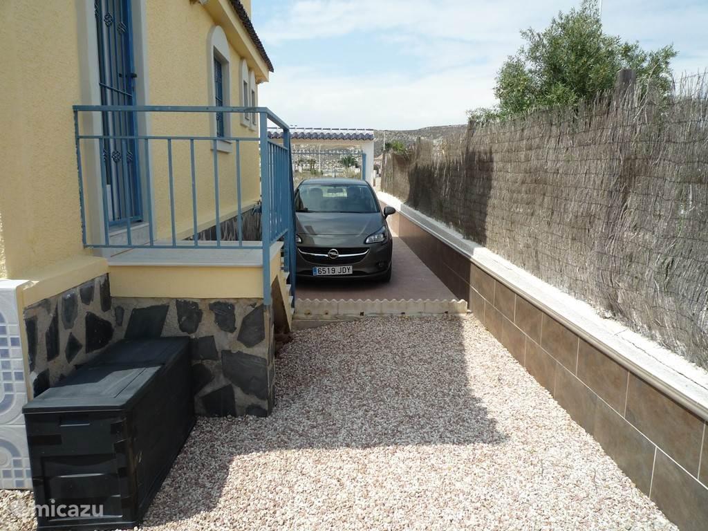 Privé parkeerplaats voor 2 tot 3 auto's en ingang naar de keuken.