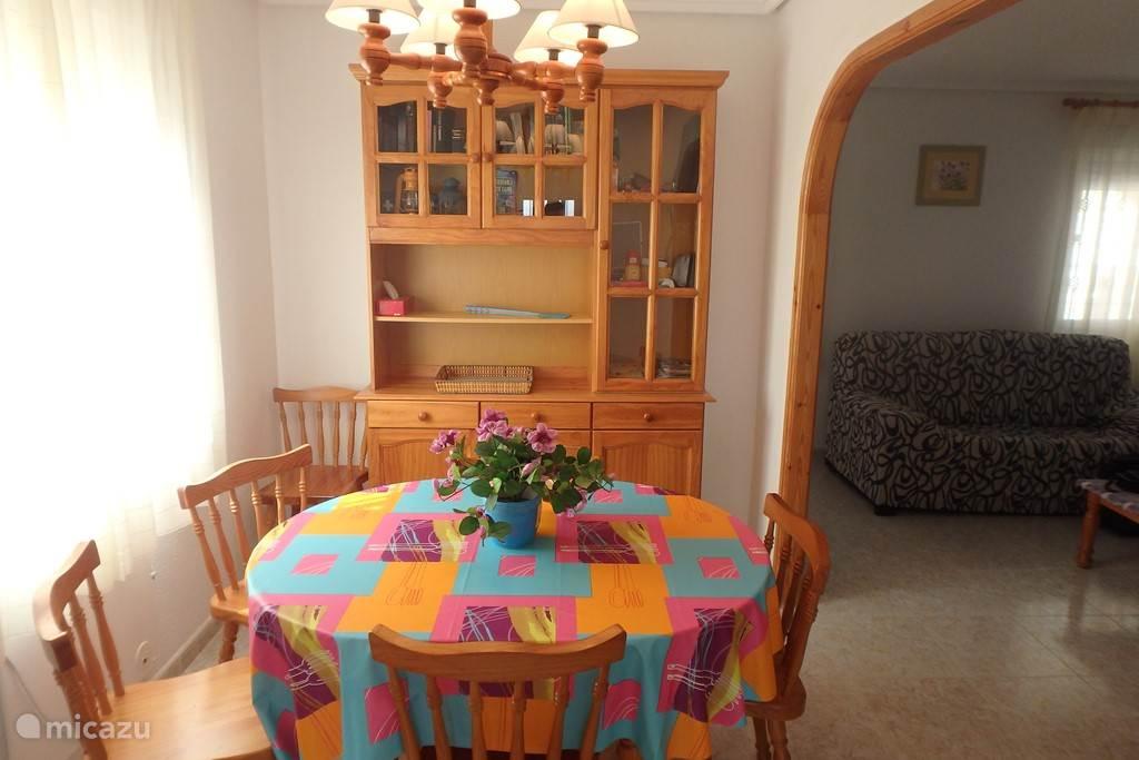 Eetkamer (voorzien van airco) met tafel met 6 stoelen. Gelegen tussen keuken en woonkamer.