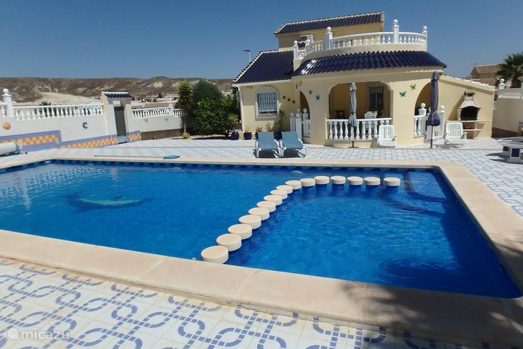 Casa Mazarron met groot privé zwembad en grote terrassen incl. buiten BBQ en zitgroep.