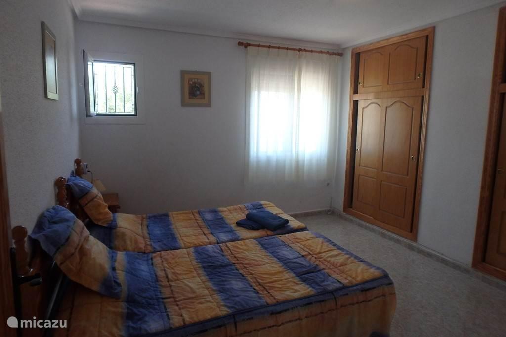 Grote slaapkamer beneden. Met verwarming en plaats om een kinderbed (aanwezig in het huis) bij te plaatsen.
