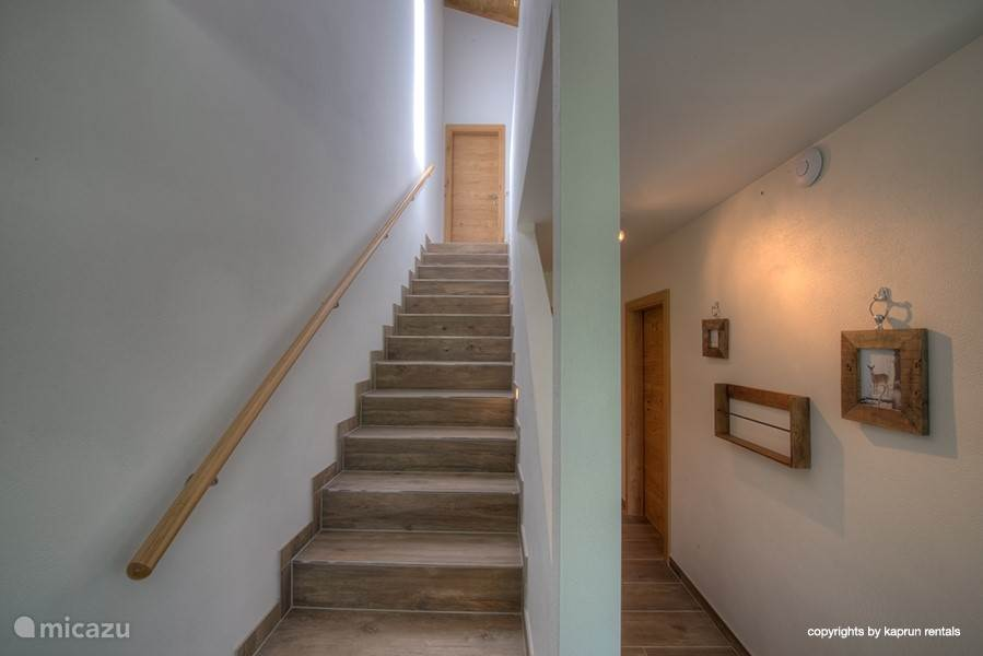 A magnificent staircase, with ample space and beautiful ceilings.