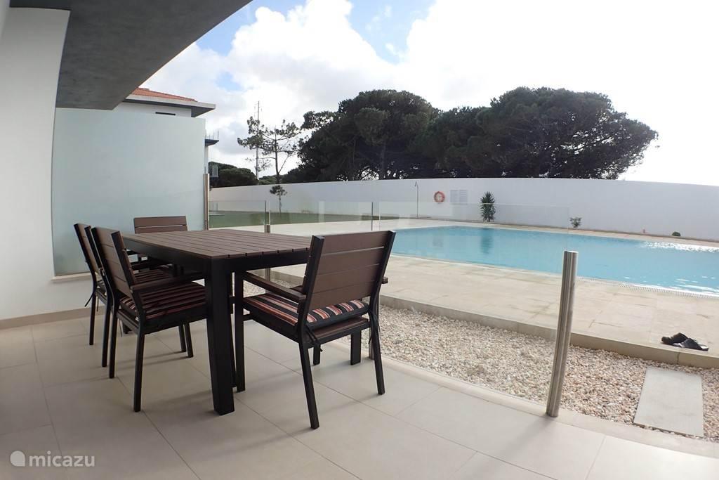 Het terras met rechtstreekse toegang tot het zwembad