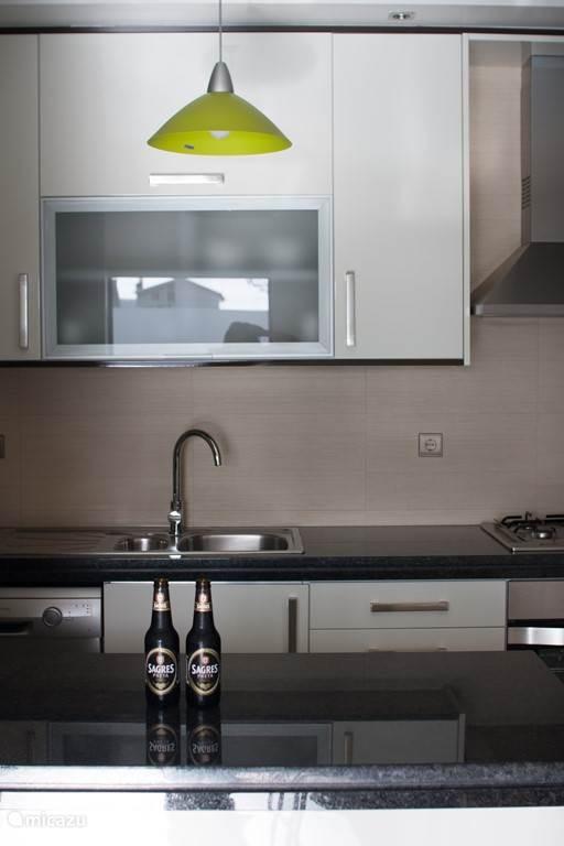 De keuken, met alle materiaal aanwezig om gezellig te koken.