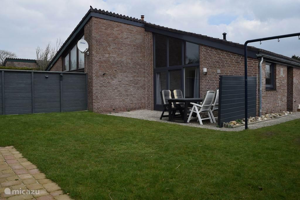 Ruime afsluitbare tuin met terras en veranda.
