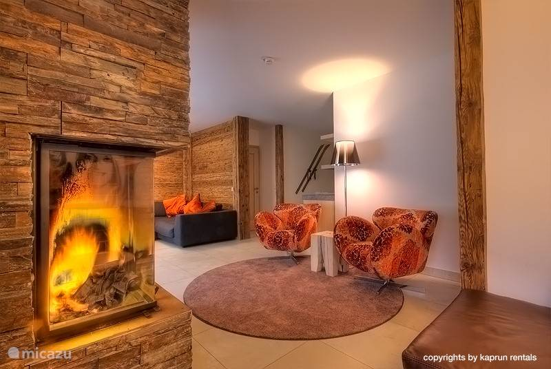 3 separate seating areas, a fireplace. Nothing stop you from enjoying your holiday to the fullest.