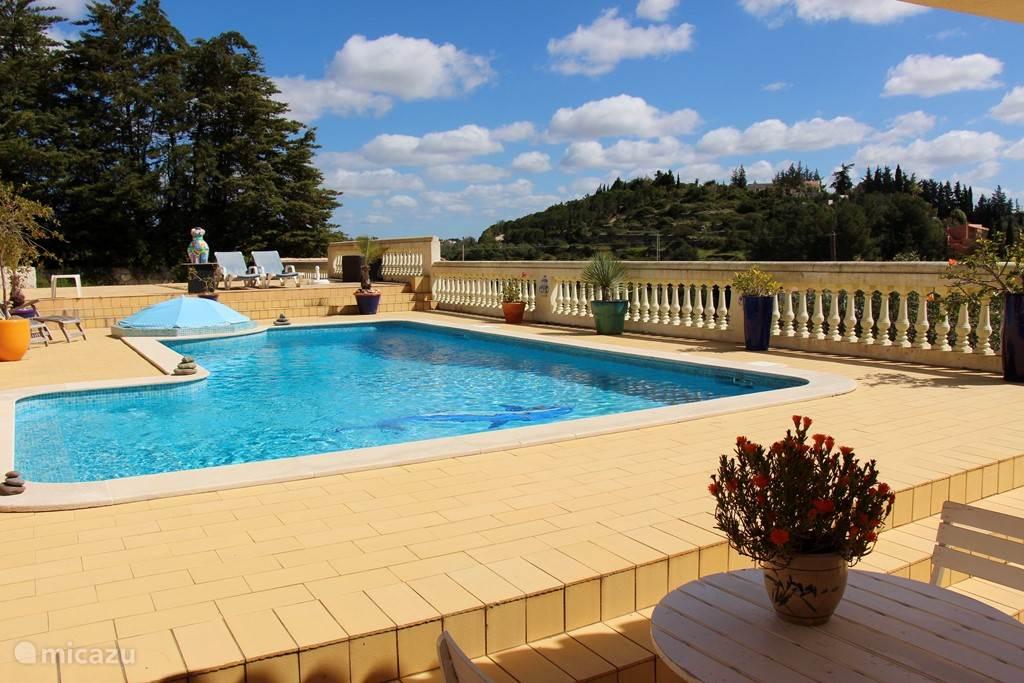 fraaie zwembad met royaal terras en de hele dag zon.