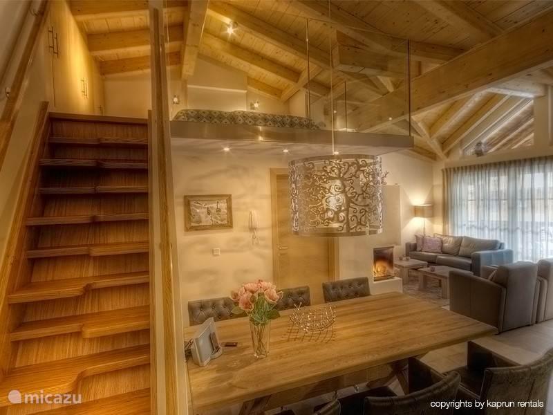 Ruimte en hoogte! Een trap brengt u naar de slaapkamer, gelegen is op een zeer mooie architectonisch ontworpen vide.