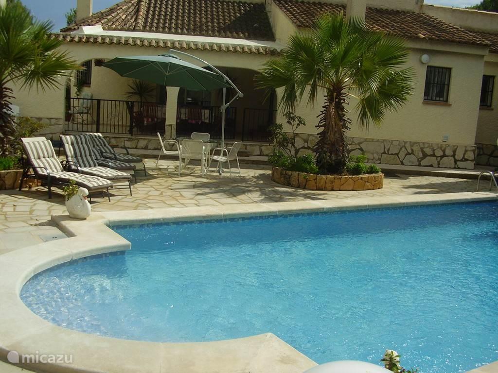 Terras naast het swembad, om van de zon te genieten