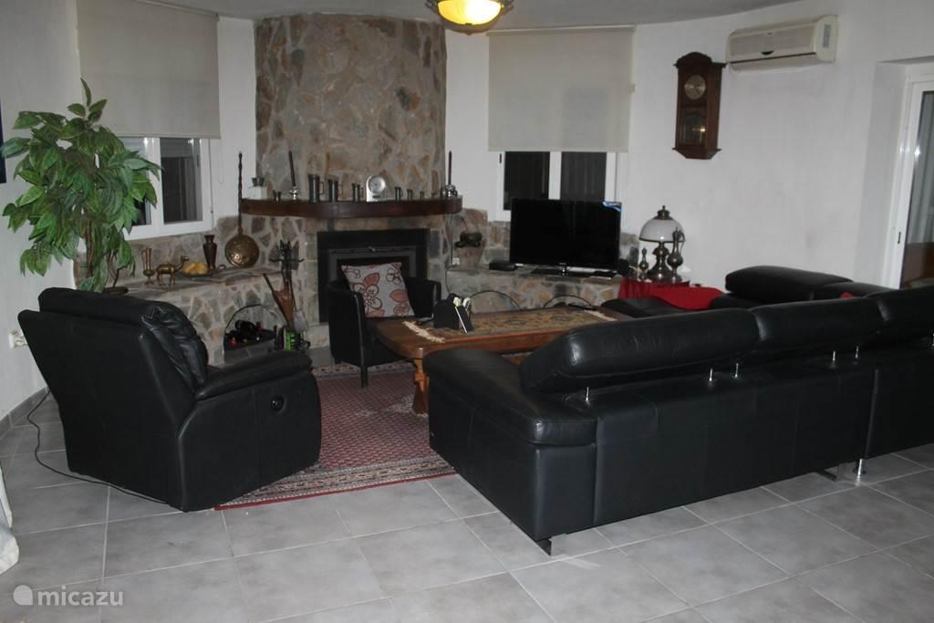 hier kan u nederlandse zenders kijken en de woonkamer is voorzien van airco