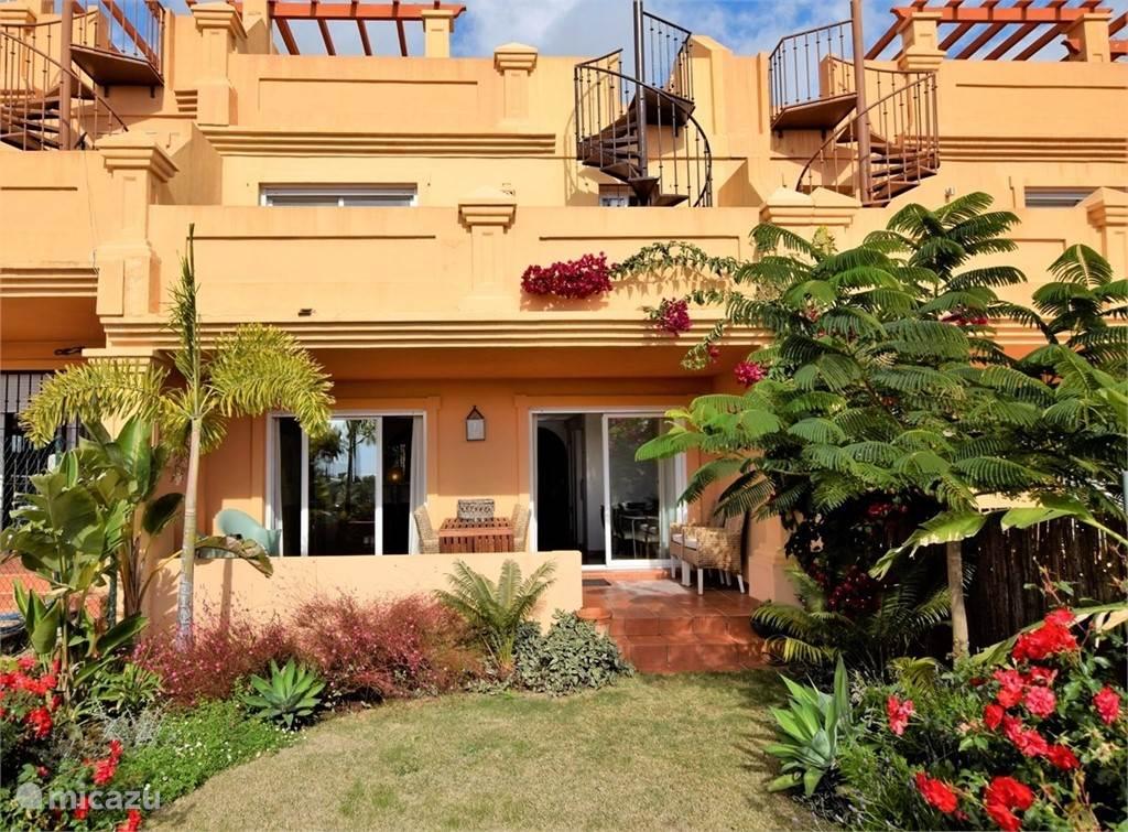 Zonnige terrassen met tuin