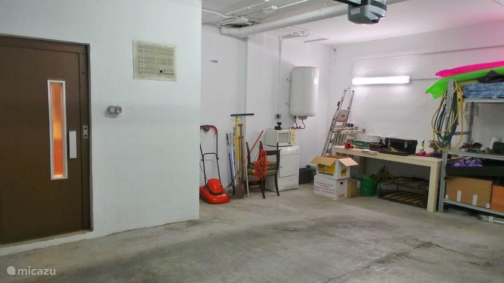 Ruime garage met lift