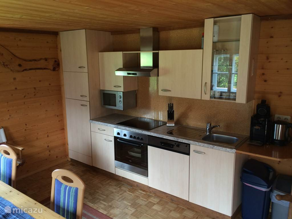 Volledig uitgeruste keuken met o.a. vaatwasser, oven, magnetron, vriezer, waterkoker en senseo.