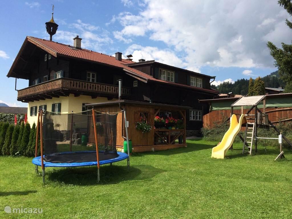 We hebben een ruime tuin met speeltoestellen, zwembad, loungesets, ligbedden, etc.