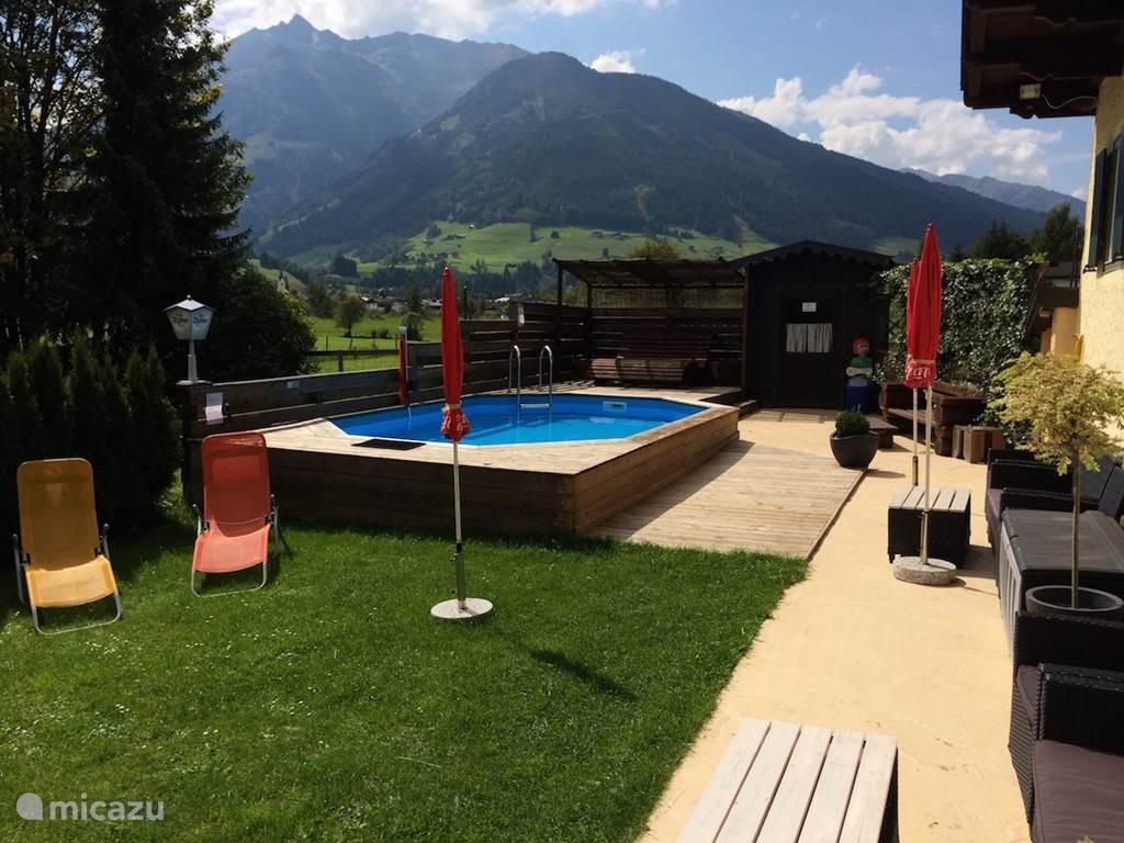 In de zomermaanden een heerlijk buitenzwembad. Genieten van het uitzicht op de omliggende bergen!