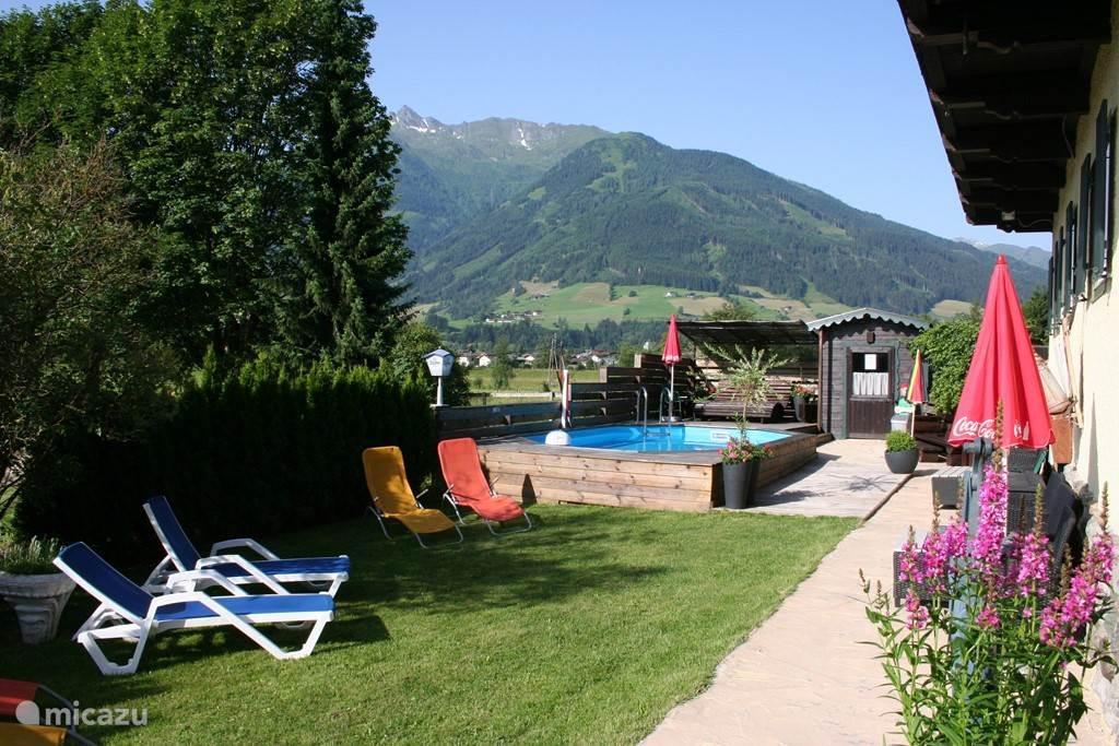 In de tuin genieten van het uitzicht op de omliggende bergen!