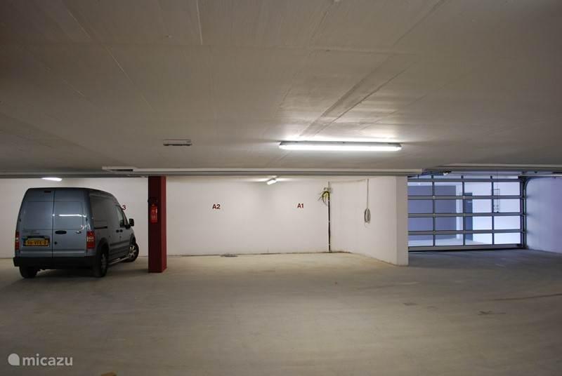 Overdekte parking onder het chalet