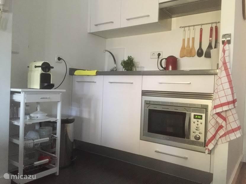 Open keuken vanaf de huiskamer en doorkijk naar de slaapkamer