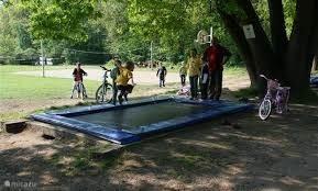 Trampoline, springkussen, volleybalveld op loopafstand.
