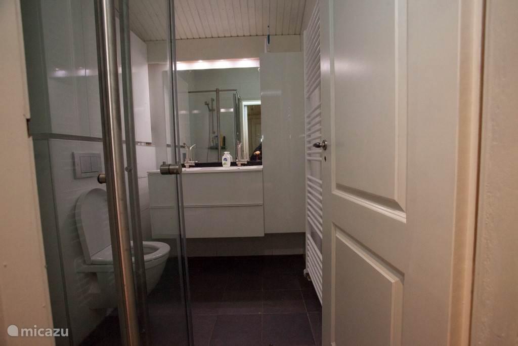 Badkamer met dubbele wastafel, elektrische vloerverwarming, luxe douche met thermostaatkraan