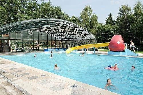 Verwarmd zwembad ca. 32 graden Celsius op 200 meter afstand lopen. Als de zon schijnt en de kap is gesloten is het al snel heerlijk tropisch warm binnen.