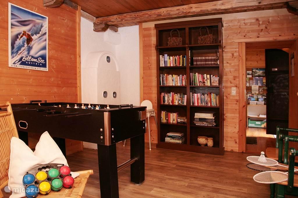 Speelkamer met darts,tafelvoetbal en tafelspellen