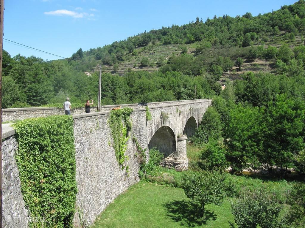 Romaanse brug naast Sophie.