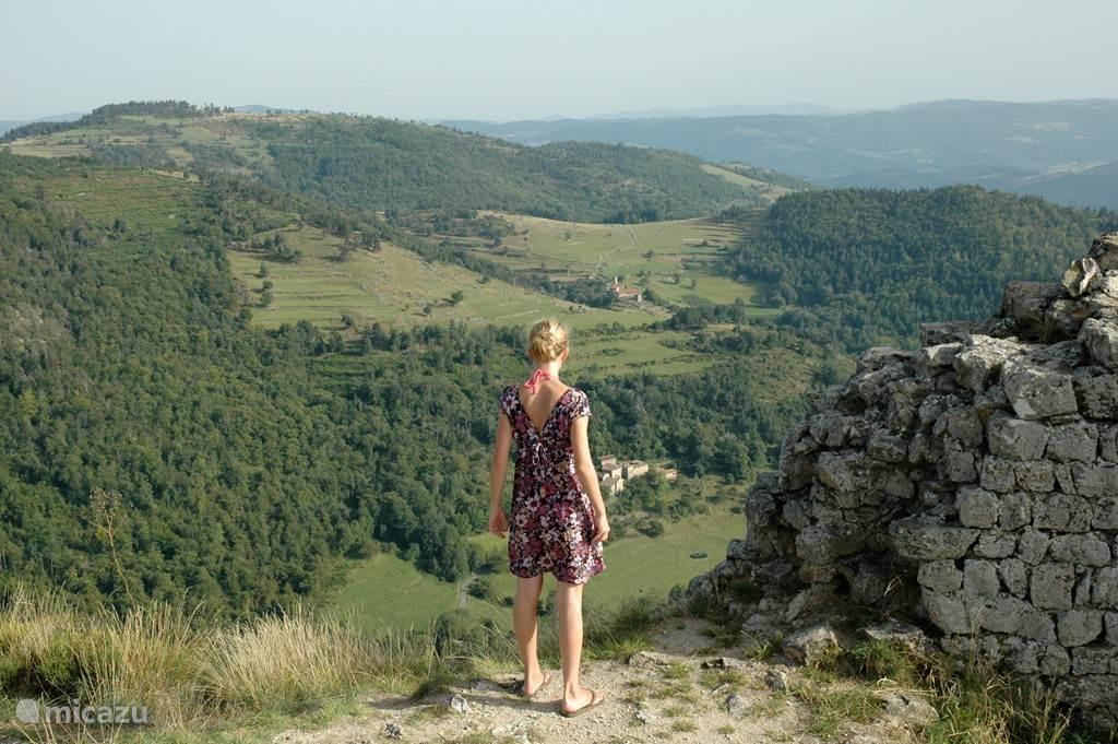 Vergezicht over heuvels bij ruïne kasteel Rochebloine.