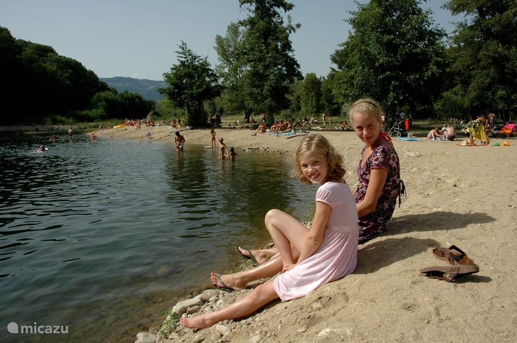 Zwemmeertje met strand op 5 min. lopen (juli en augustus).